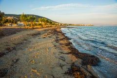 Nadbrzeże i plażowy pobliski miasteczko Scala, Agistri wyspa, Gre Fotografia Stock