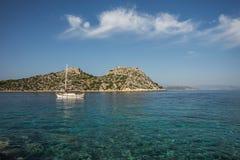 Nadbrzeże i plażowy pobliski miasteczko Scala, Agistri wyspa, Gre Obraz Royalty Free