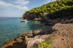 Nadbrzeże i plażowy pobliski miasteczko Scala, Agistri wyspa, Gre Zdjęcia Royalty Free