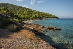 Nadbrzeże i plażowy pobliski miasteczko Scala, Agistri wyspa, Gre Obrazy Royalty Free