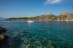 Nadbrzeże i plażowy pobliski miasteczko Scala, Agistri wyspa, Gre Zdjęcie Royalty Free
