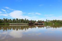 Nadbrzeże rzeki dom na słonecznym dniu Fotografia Royalty Free
