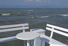 Nadbrzeże z stołem i ławką Zdjęcia Royalty Free