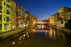 Nadbrzeżni domy w mieście Girona przy nocą Obrazy Royalty Free