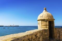 Nadbrzeże z starym kasztelem w Cadiz, Hiszpania Zdjęcia Stock