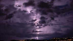 Nadchodząca burza iluminuje miasto zdjęcia royalty free