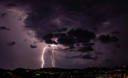 Nadchodząca burza iluminuje miasto fotografia stock