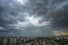 nadchodząca burza huragan Ziemia i niebo cityscape Sao Paulo miasta krajobraz, Brazylia fotografia stock