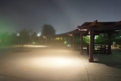 nadchodząca mgła Parkowy noc widok, azjata passway obrazy royalty free