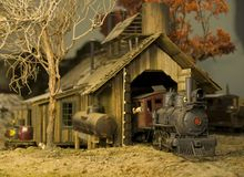 nadchodząca lokomotywa, budynek jest naprawiony fotografia stock