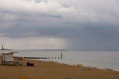 Nadchodzący deszcz rozjaśnia plażę w Bournemouth Fotografia Stock