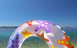 Nade o anel e mar e céu azuis bonitos Fotos de Stock Royalty Free