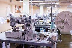 3 Nadel coverstitch industrielle Maschine mit Abdeckung und Motor lizenzfreie stockbilder
