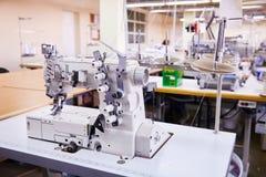 3 Nadel coverstitch industrielle Maschine mit Abdeckung und Motor lizenzfreies stockfoto