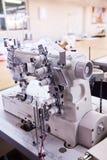 3 Nadel coverstitch industrielle Maschine mit Abdeckung und Motor stockfotografie