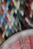 Nadel hoder und verschiedene farbige Baumwolle schnitten Threadmustermakronahaufnahme Stockfotos