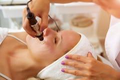 Nadel mesotherapy Mesotherapie Microneedle, Behandlungsfrau am Kosmetikerbadekurortsalon lizenzfreies stockbild