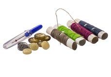 Nadel mit Spule von Threads und von Knöpfen Lizenzfreie Stockfotografie