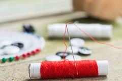 Nadel und farbige Spulen von Threads Stockfotografie