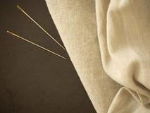 Nadel und natürlicher Leinenstrukturhintergrund lizenzfreie stockbilder