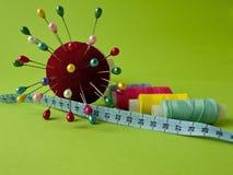 Nadel und Thread für das Nähen Stockfotos