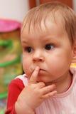 Nadenkend babymeisje Stock Foto