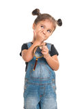 Nadenkend babymeisje met vergrootglas Geïsoleerde Stock Foto