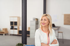 Nadenkend Blond Bureau Dame Looking Into Distance royalty-vrije stock foto's