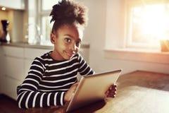 Nadenkend jong zwart meisje Stock Afbeeldingen