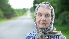 Nadenkend kijk van een ernstige oude vrouw Close-up stock videobeelden