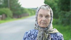 Nadenkend kijk van een ernstige oude vrouw Close-up stock footage