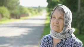Nadenkend kijk van een ernstige oude vrouw Close-up stock video