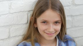 Nadenkend Kindportret, het Glimlachen Jong geitjegezicht dat Blonde Bored Meisje in camera kijkt stock video