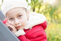 Nadenkend klein meisje - openlucht de herfstportret Stock Foto's