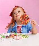 Nadenkend meisje met lolly Stock Foto's