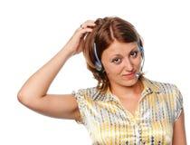 Nadenkend meisje met oortelefoons en een microfoon royalty-vrije stock afbeeldingen