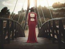 Nadenkend meisje op de brug Royalty-vrije Stock Foto's