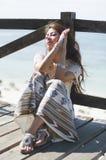 Nadenkend meisje op de brug Royalty-vrije Stock Afbeeldingen