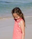Nadenkend meisje op strand Stock Fotografie