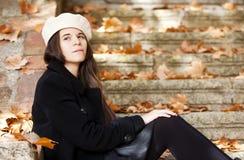 Nadenkend meisjesportret Stock Foto's