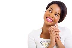 Nadenkende Afrikaanse Amerikaanse vrouw Royalty-vrije Stock Afbeelding