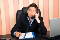 Nadenkende bedrijfsmens die bij telefoon spreekt Royalty-vrije Stock Foto