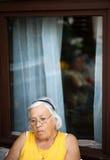 Nadenkende bejaarde Stock Foto's