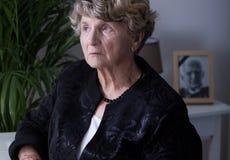 Nadenkende bejaarde weduwe Royalty-vrije Stock Foto's
