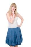 Nadenkende blonde met vinger die aan een wang wordt gedrukt Stock Fotografie