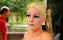 Nadenkende blonde vrouw Stock Foto's