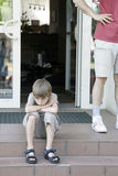 Nadenkende en droevige jongenszitting op stappen royalty-vrije stock fotografie