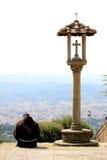 Nadenkende Franciscan monnik dichtbij kruisbeeld, Italië royalty-vrije stock foto