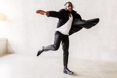 Nadenkende gebaarde kerel die zwart-witte modieuze kleding dragen royalty-vrije stock fotografie