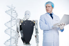 Nadenkende gemotiveerde wetenschappers die het 3D prototype bekijken Royalty-vrije Stock Foto's
